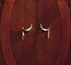 Detalles marqueteria y chapas espigadas con herrajes originales